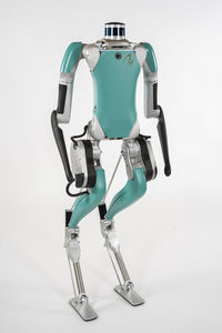 двуногий робот для доставки