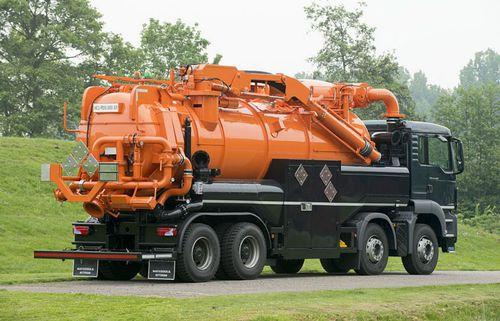 грузовой автомобиль агрегат для всасывания и выгрузки под наклоном